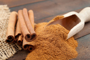 cinnamon-sticks-and-powder-on-wooden-table(2)